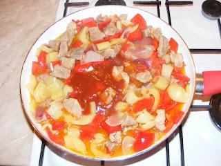 retete carne cu legume la tigaie in sos picant de rosii, mancaruri cu carne si legume, preparate din carne si legume, retete cu carne si legume,