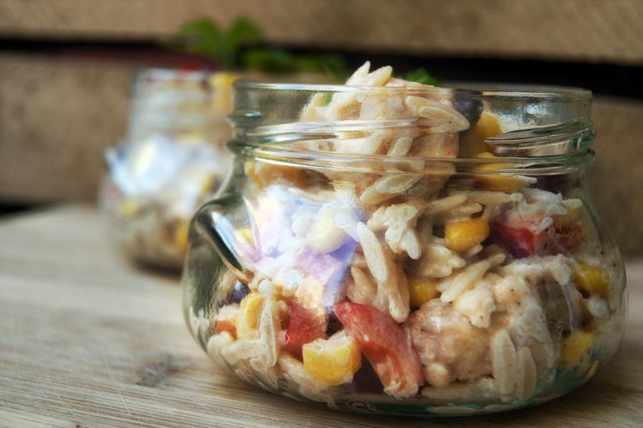 salatka z kurczakiem i makaronem ryżowym