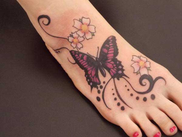 ayak üstü kelebek dövmesi