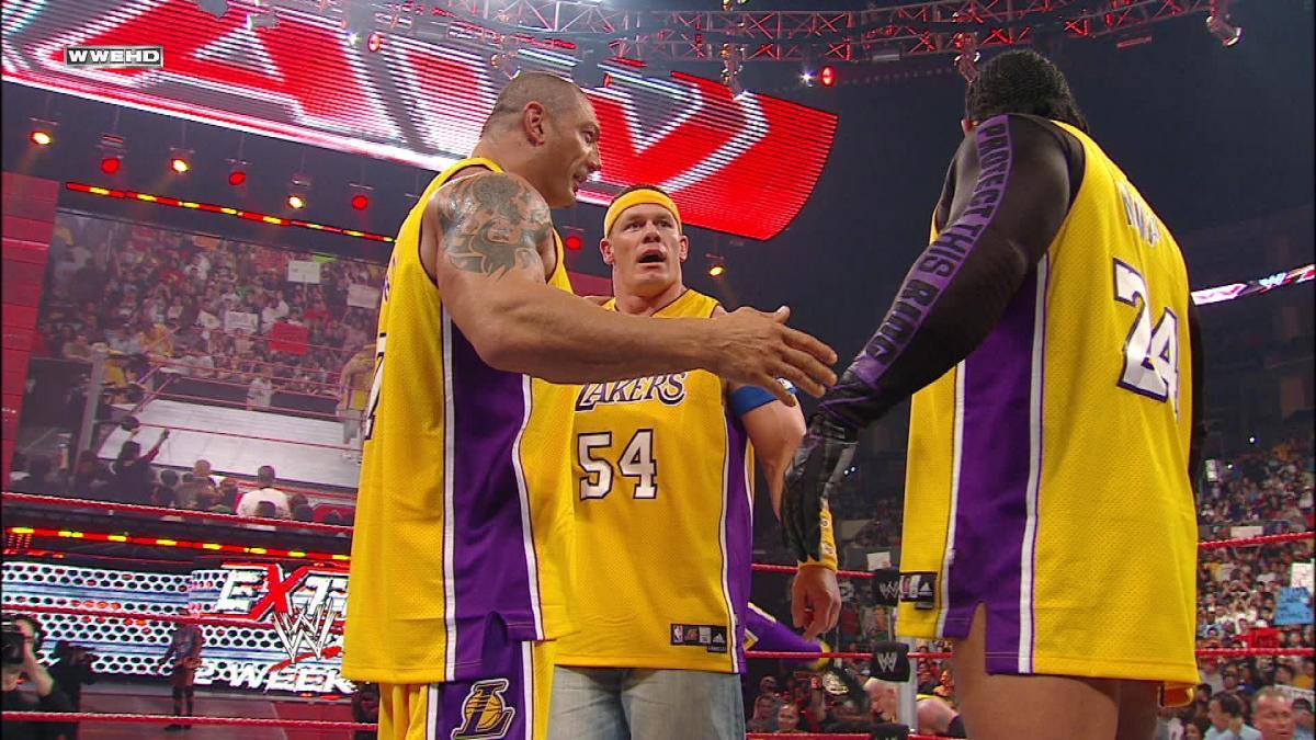Los Angeles Lakers recebem cinturão customizado do WWE Championship