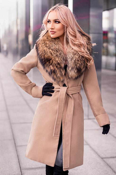 Palton elegant de dama bej scurt cu guler din blana naturala de raton