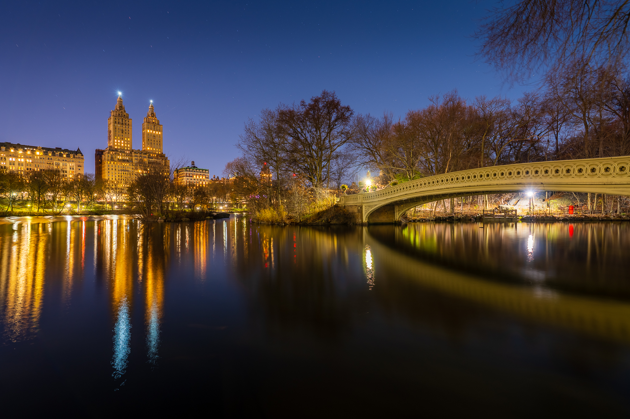 a photo of the bow bridge in central park at night