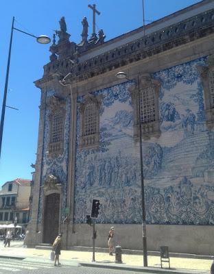 fachada de azulejos da Igreja do Carmo