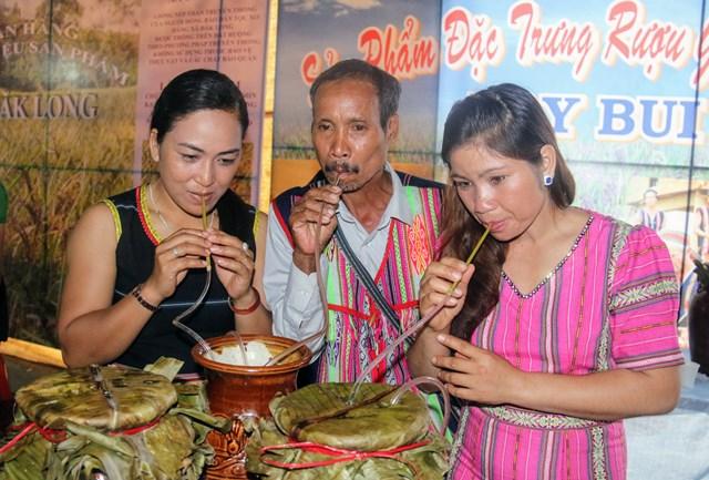 Rượu ghè Nay Bui- Sản phẩm truyền thống đặc trưng của xã Ngọc Réo