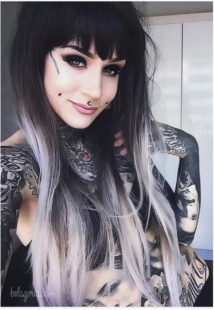 Vemos a una mujer con tatuajes geometricos