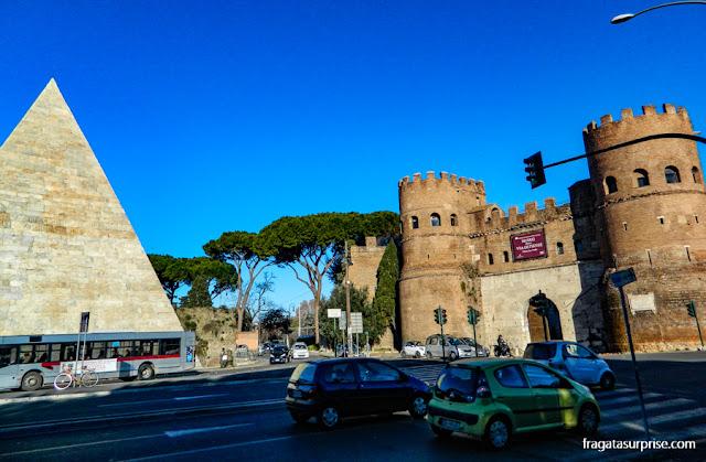 Roma, Pirâmide de Caio Céstio e  Porta de São Paulo