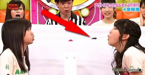Bizarra TV japonesa: adivinha o que elas tentam soprar na boca da outra