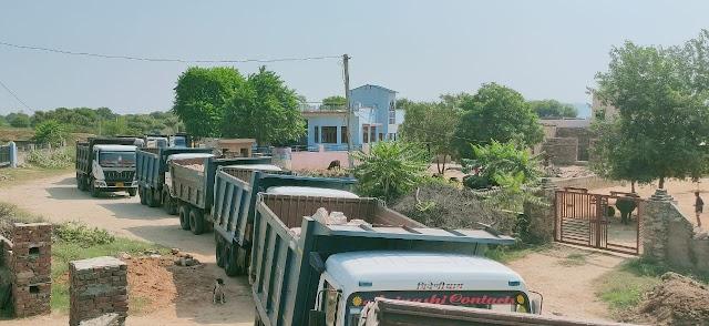 सांवलपुरा तवरान में डंपरों से उड़ने वाली धूल मिट्टी से ग्रामीण हुए परेशान,करीब दो घंटे तक लगा जाम