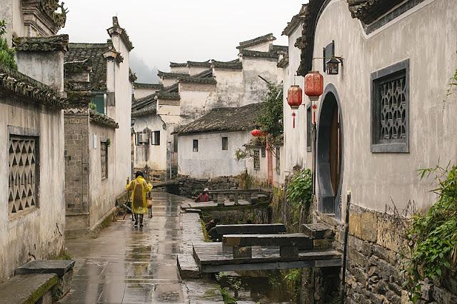 Habitant dans une ruelle de Xidi