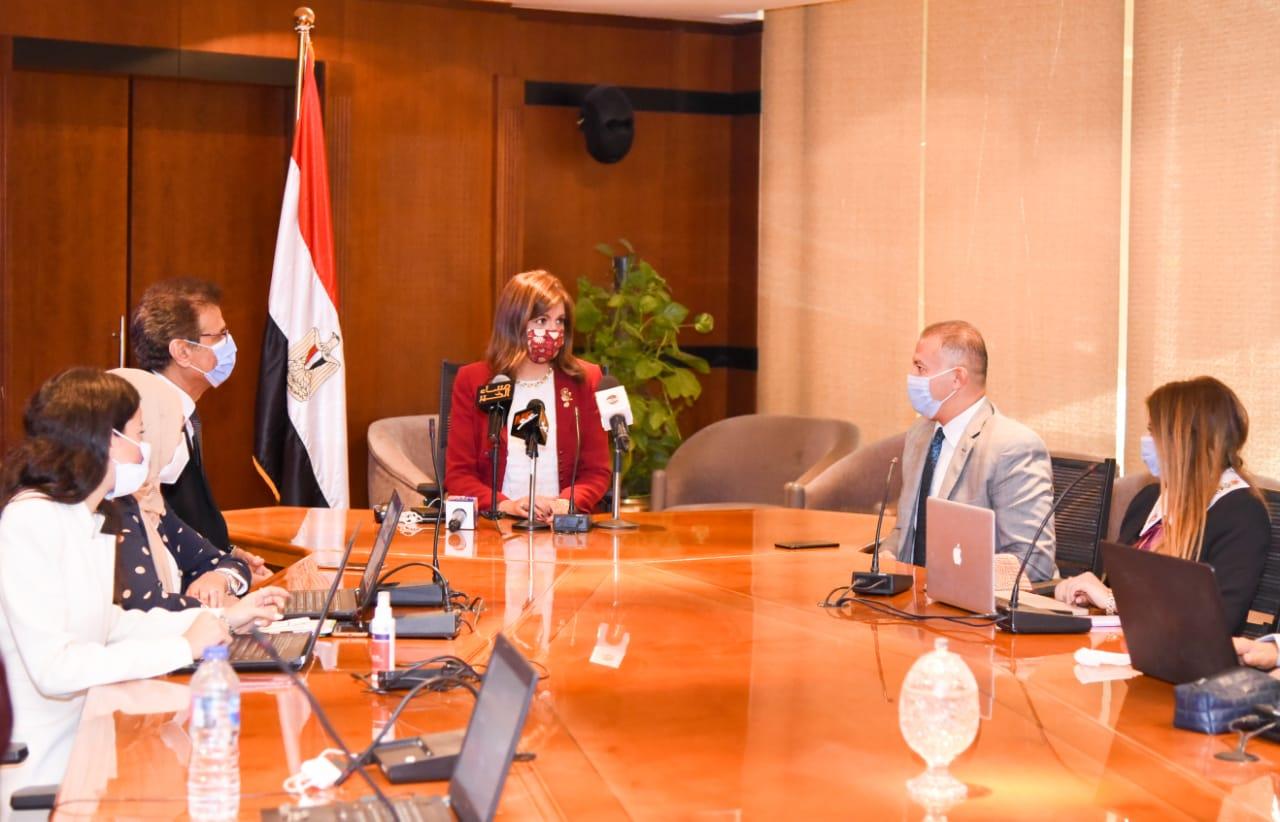 """في اليوم الثاني.. وزيرة الهجرة تعقد اجتماعا بأعضاء غرفة عمليات متابعة تصويت المصريين بالخارج في المرحلة الثانية من انتخابات """"النواب"""""""