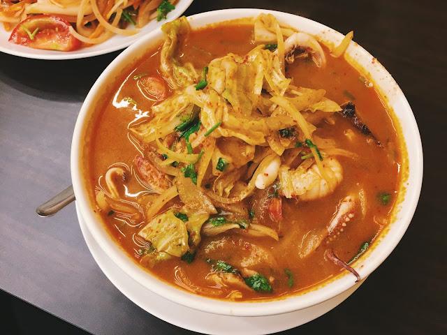 這次終於讓我碰到泰式酸辣海鮮湯(去了兩次都撲空),興高采烈的點了一碗湯加上河粉的組合,同行的老友則是點了打拋豬肉飯及涼拌海鮮,這餐再度被滿滿的海鮮料攻陷味蕾。