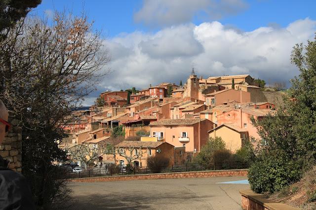 Roussillon uno dei più belli Villaggi di Francia deve il suo nome ai giacimenti di Ocra