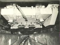 Detalle del mecanismo equipado bajo los coches