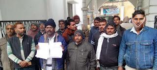 Jaunpur  चकमार्ग पर कब्जे को लेकर खरचलपुरवासी पहुंचे डीएम दरबार