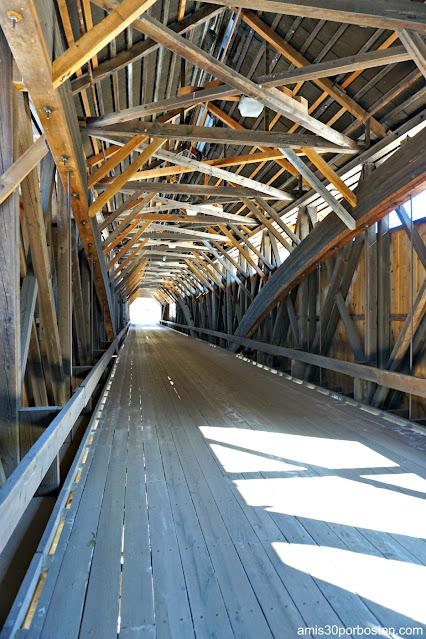 Interior del Blair Covered Bridge en Campton, New Hampshire