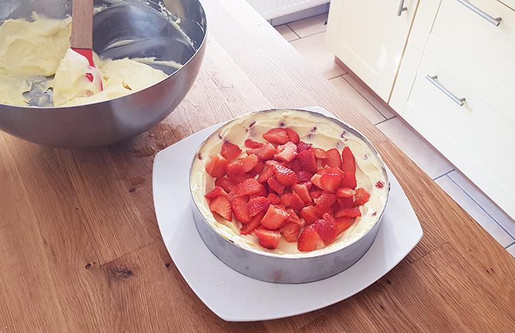 Montage du fraisier : fraises en morceaux