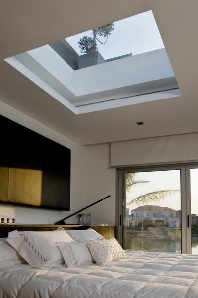 Dormitorio con ventana en el techo by for Ventanas para techos planos argentina