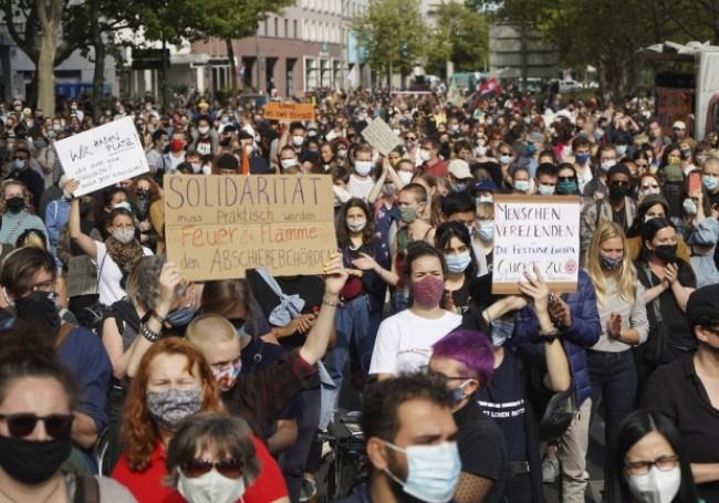 Allemagne : des milliers de manifestants appellent l'UE à accueillir les migrants de Lesbos «même pas en rêve...!»