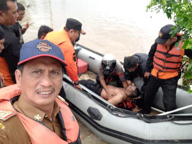 Warga Sibuk Evakuasi, Kabag Humas Soppeng Sibuk Selfi