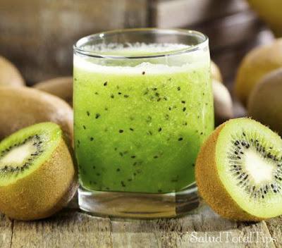 Te recomiendo preparar este jugo a base de kiwi, ya que es uno de los  jugos saludables más exquisitos que existen.