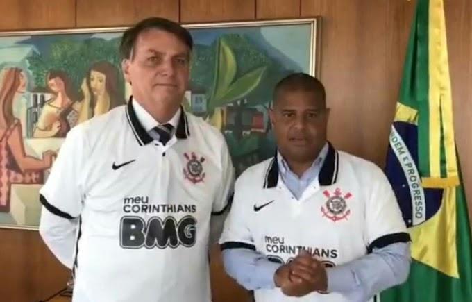 Marcelinho Carioca aparece ao lado de Jair Bolsonaro vestindo a camisa do Corinthians; vídeo gera revolta nas redes sociais
