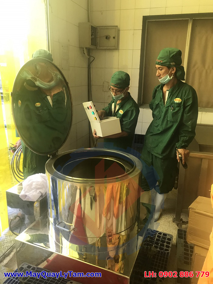 Các nhân viên SIMMY đang kiểm tra máy vắt ly tâm tách nước inox Vĩnh Phát khi nhận hàng