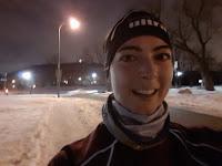 Coureuse devant le mont Royal, l'hiver, la nuit
