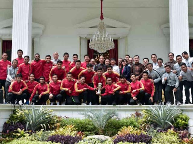 Joko Widodo Terima Tim Garuda Muda di Istana Negara