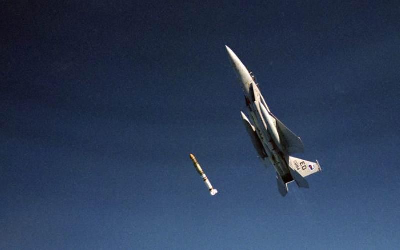 F-15 menembakkan rudal ASAT