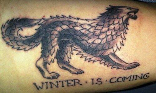 Pierna de una mujer con un tatuaje de la casa stark