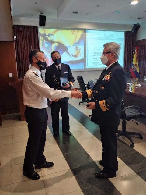 Entrega de moneda institucional de la Jefatura del Estado Mayor de la Armada del Ecuador al señor Capitán de Navío Enrique Antonio BALBI