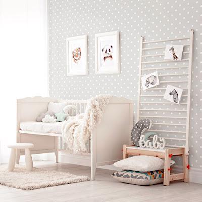 Habitación de bebe con papel pintado fondo gris con topos blancos ref. 052