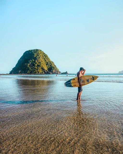 spot selancar di pantai pulau merah banyuwangi