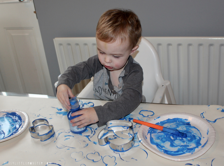 winter craft for toddlers with cookies cutters