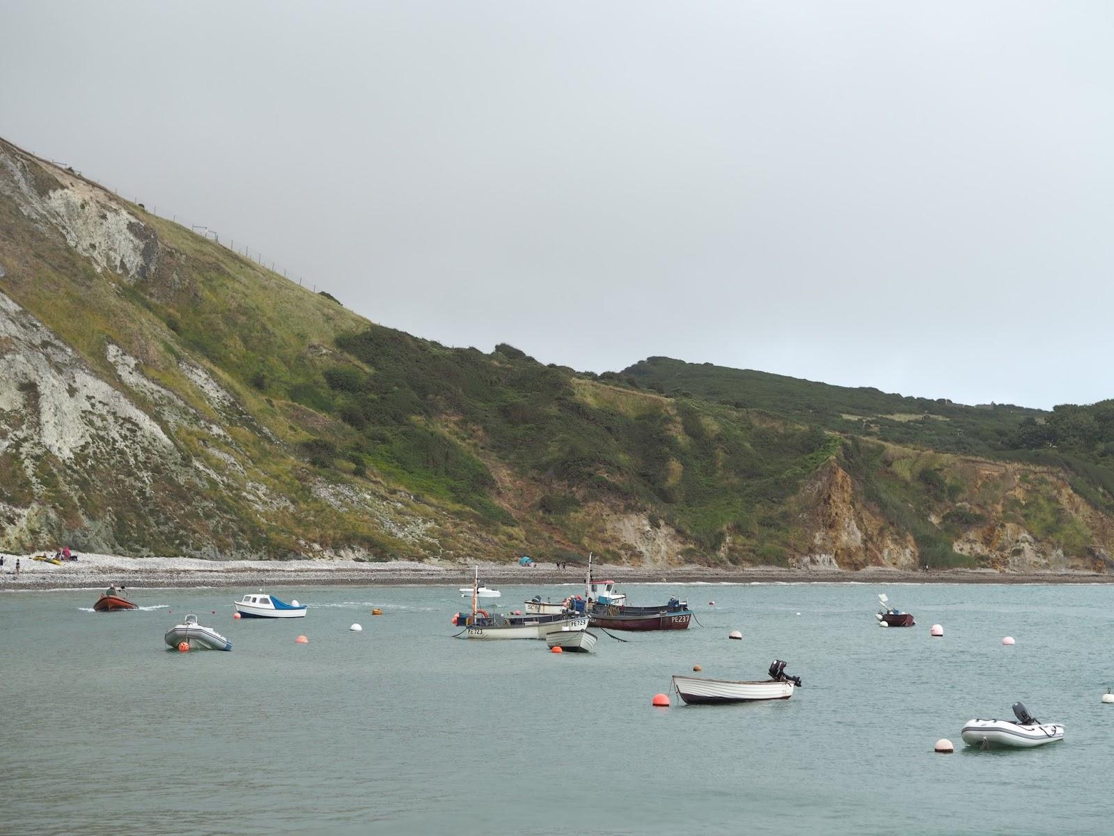 Lulworth Cove bay \ fishing boats \ beach