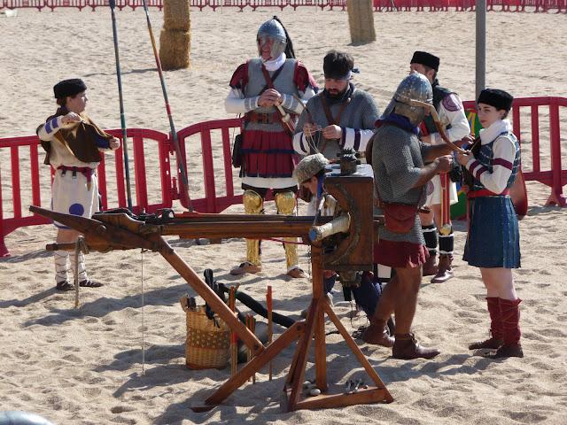 Историческая реконструкция в Бланесе. Римляне проверяют амуницию и оружие.