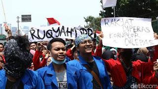 Tulisan Kocak Waktu Demo Mahasiswa di Depan Gedung DPR 11