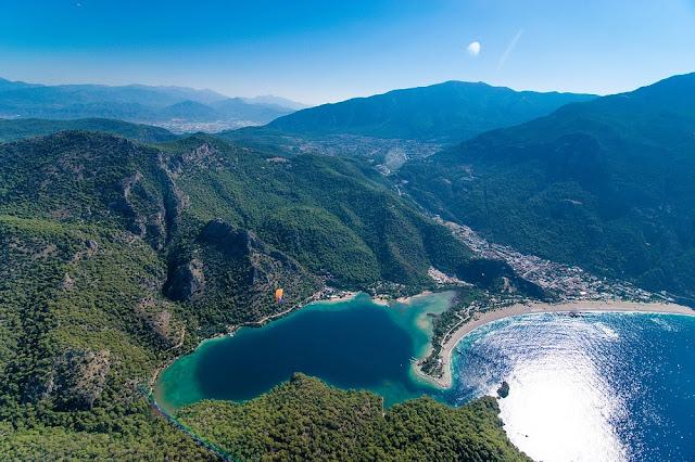 Очень красиваый вид Олюдениза. Горы, море и пляж