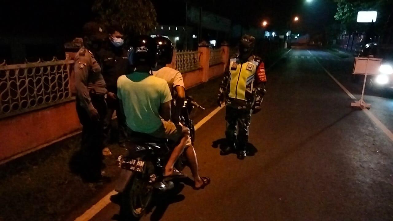 Petugas Gabungan Gelar Operasi Yustisi Malam Hari di Kejobong