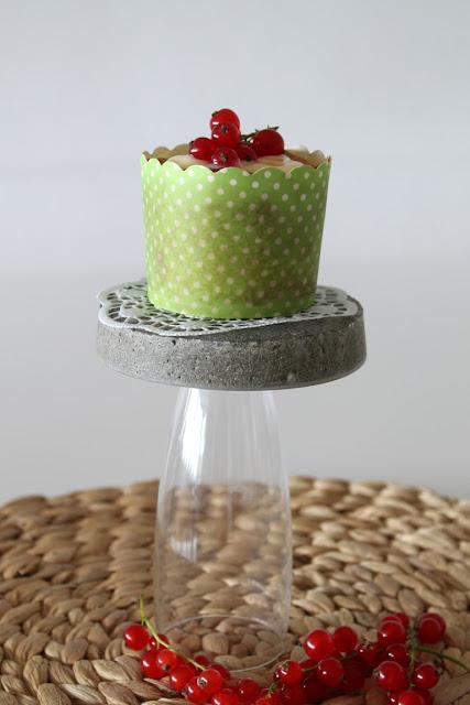 Johannisbeer Vanille Cupcakes Rezept DIY Beton Muffinstaender Jules kleines Freudenhaus