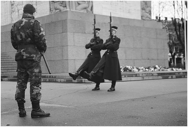 2004 год. Рига. Почетный караул у монумента Свободы