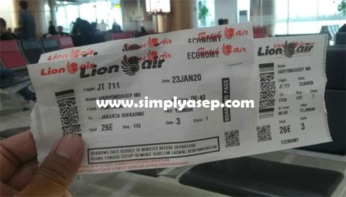 RUANG TUNGGU : Dua tiket check ini yang saya genggam (23/1) dan sudah siap di ruang tunggu keberangkatan. Foto Asep Haryono