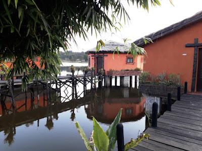 habitaciones-en-cabañas-sobre-el-lago-en-lac-hotel-madagascar-con-enlacima