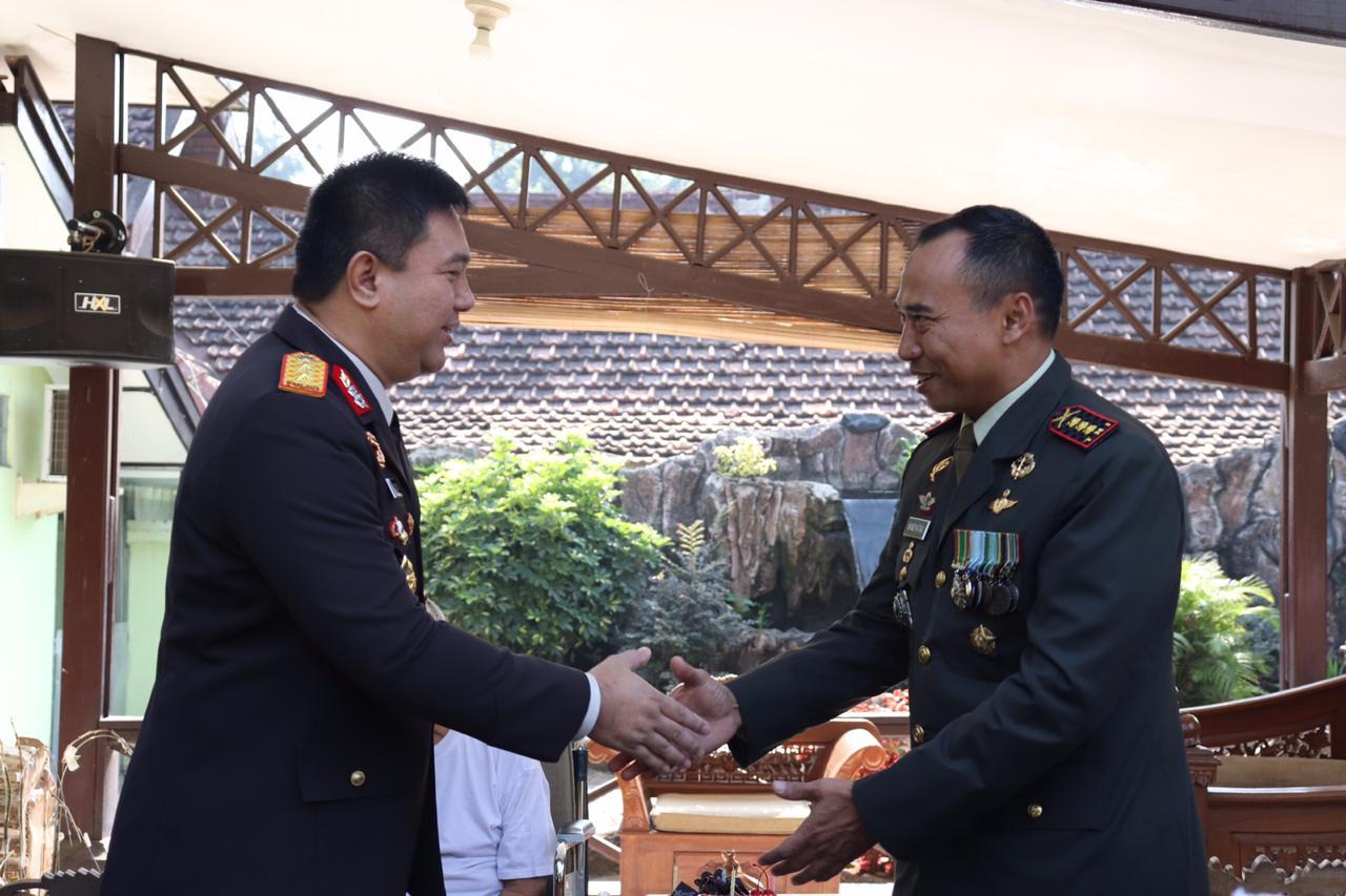 Begini Cara Kapolda Banten, Berikan Surprise HUT TNI Ke 74 Kepada Danrem 064/MY
