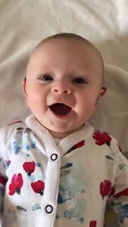 بالفيديو...رد فعل يأسر القلوب لرضيعة تسمع أمها لاول مرة