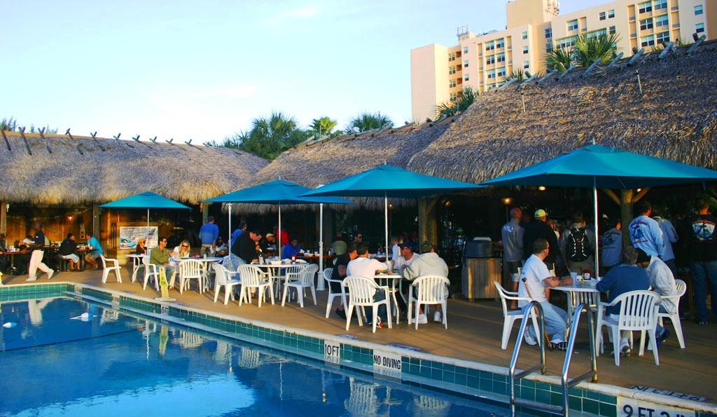 Conheça o Monty's Raw Bar: restaurante em South Beach