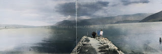 seorang pria dan kerbaunya dengan latar belakang danau toba