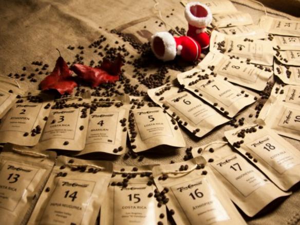 Adventskalender mit Kaffeebohnen  an einer Schnur aufgezogen zum Hinhaengen