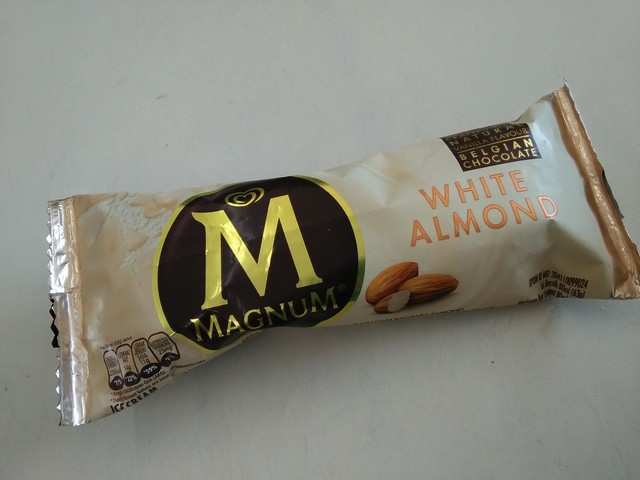Ice cream Magnum White Almond;Ice Cream Magnum White Almond, Kelezatan Luar Biasa dari Walls;Ice Cream Walls Magnum White Almond Pilihan Lezat Favorit Anak-anak;