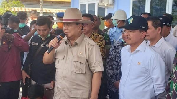 Bertopi Koboi, Menhan Prabowo Kunjungi Tempat Observasi WNI di Natuna
